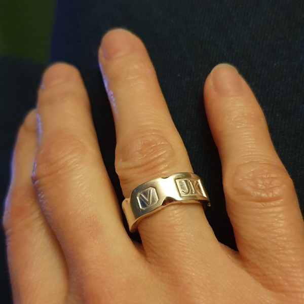 Hallmarked ring with a chipped marble effect